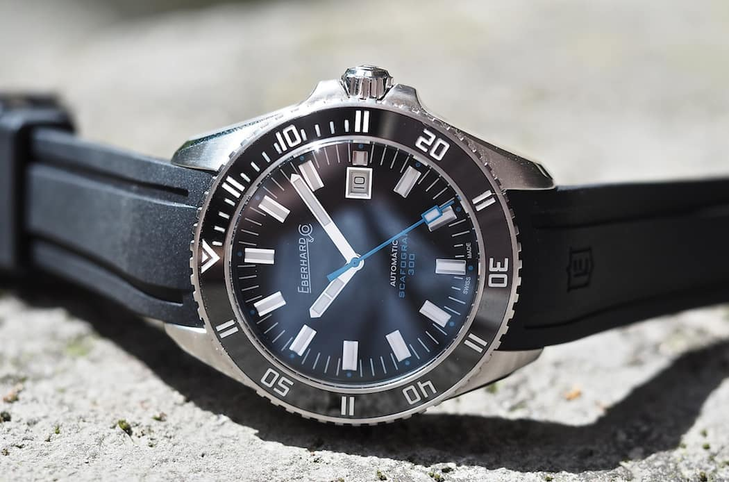An anti-reflective coating is present on the sapphire crustal of the Scafograf 300