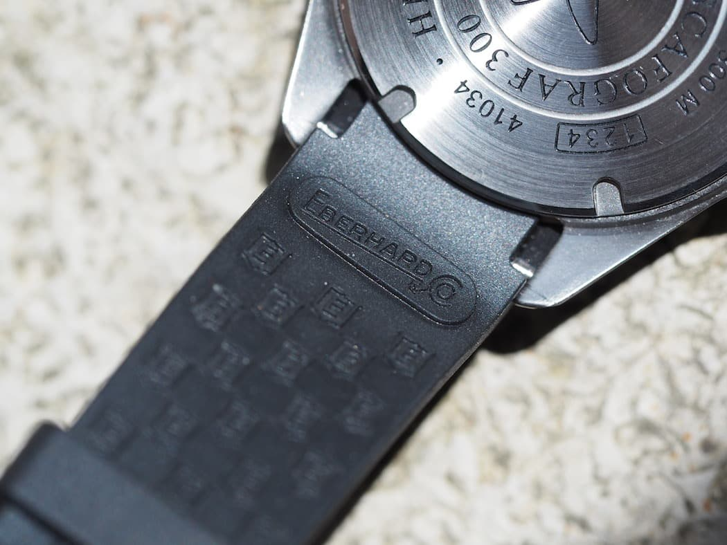 The backside fo the rubber strap on the Scafograf 300 is nicely embossed