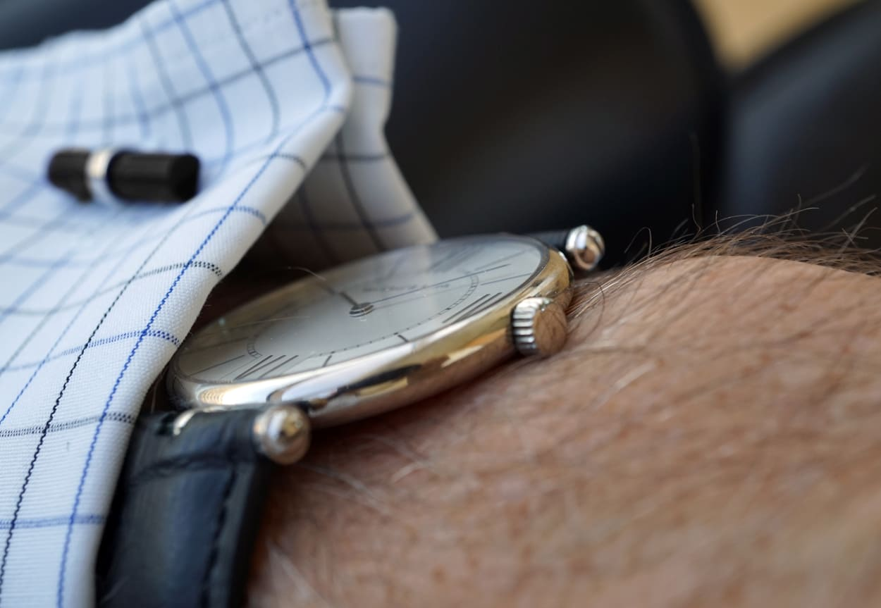 The slim case of the Pierre Arpels watch