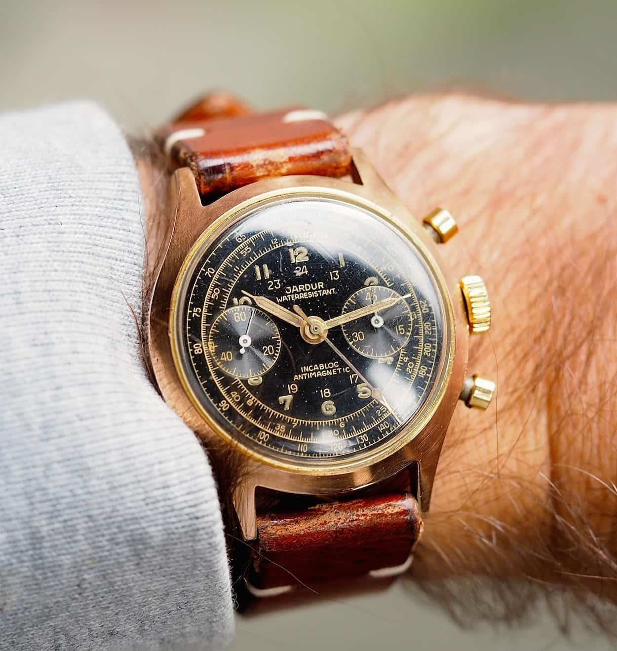 The Jardur 850 looks wonderful on the wrist